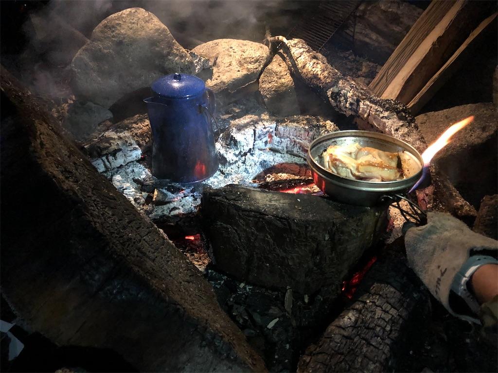 焚き火を囲んで。