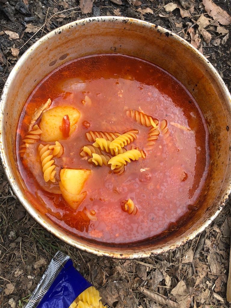 燠火で作ったトマトとチキンのマカロニスープ。