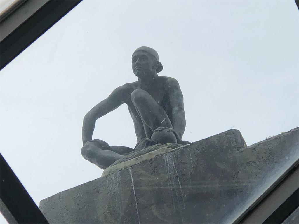 屋上に座っていた人が見えます。