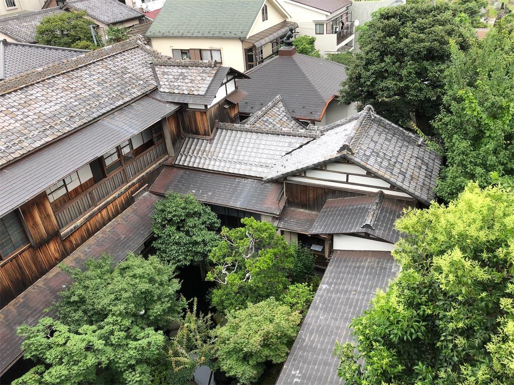 屋上庭園から見た中庭。