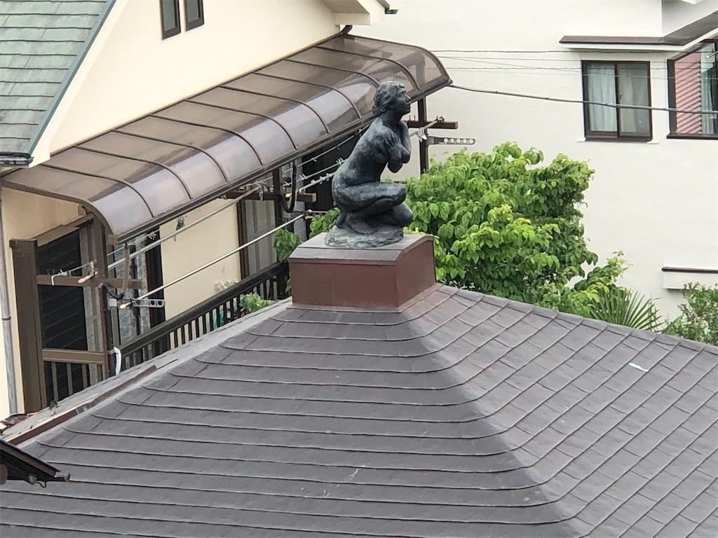 屋根の上に女性の彫刻が。
