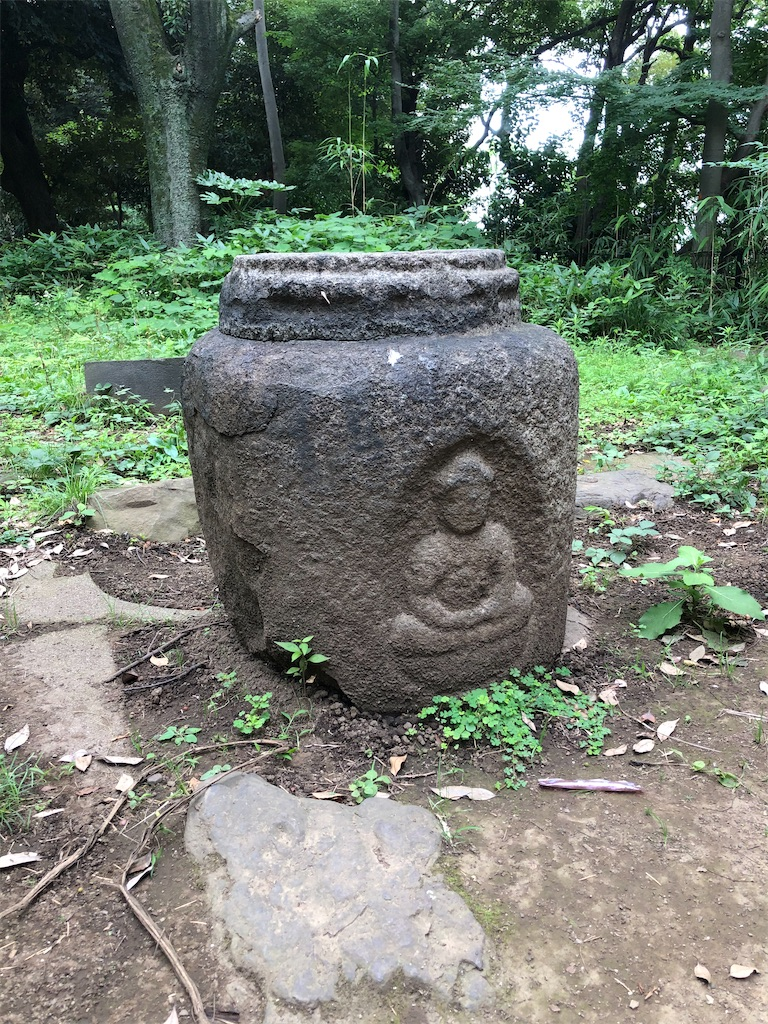 かつて茶席の前に置かれていた石造りの大甕