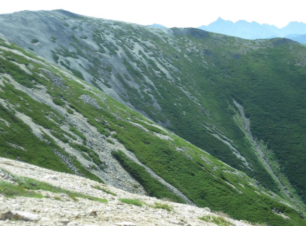 遥か向こうに槍ヶ岳が見えます。