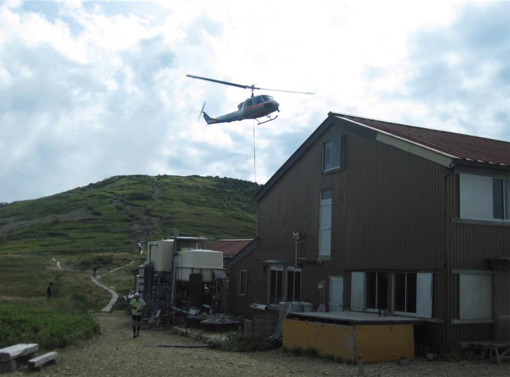 ヘリによる荷物搬送。