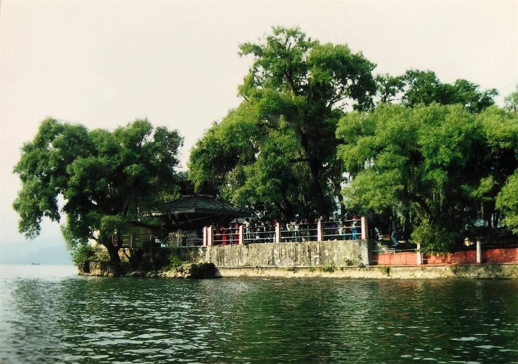 ペワ湖の中心にあり船で渡るタル・バラヒ寺院。