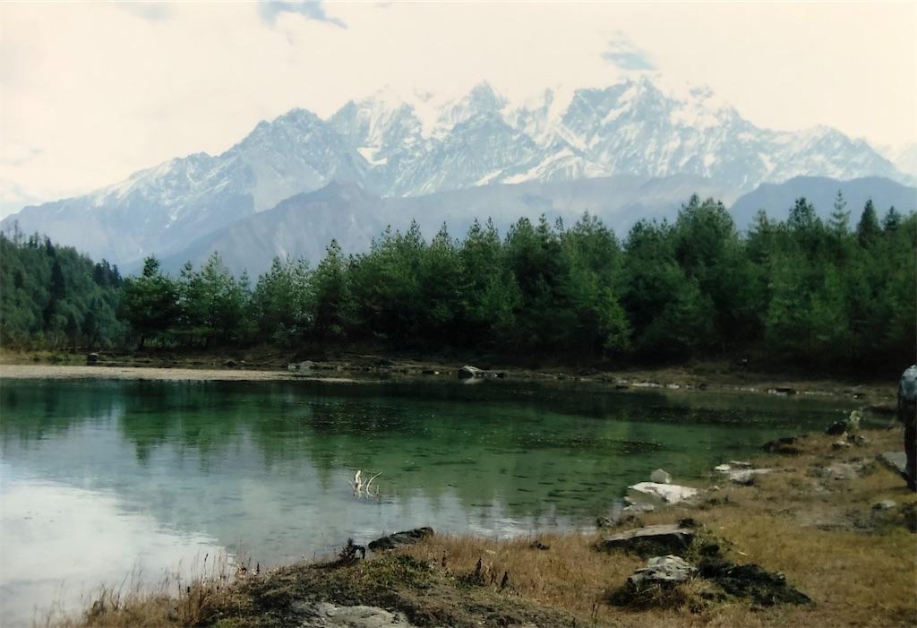 ショコン湖に映るニルギリ峰