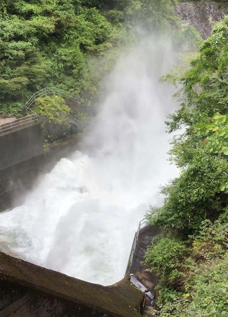 大量の水煙のあがる白丸ダム。