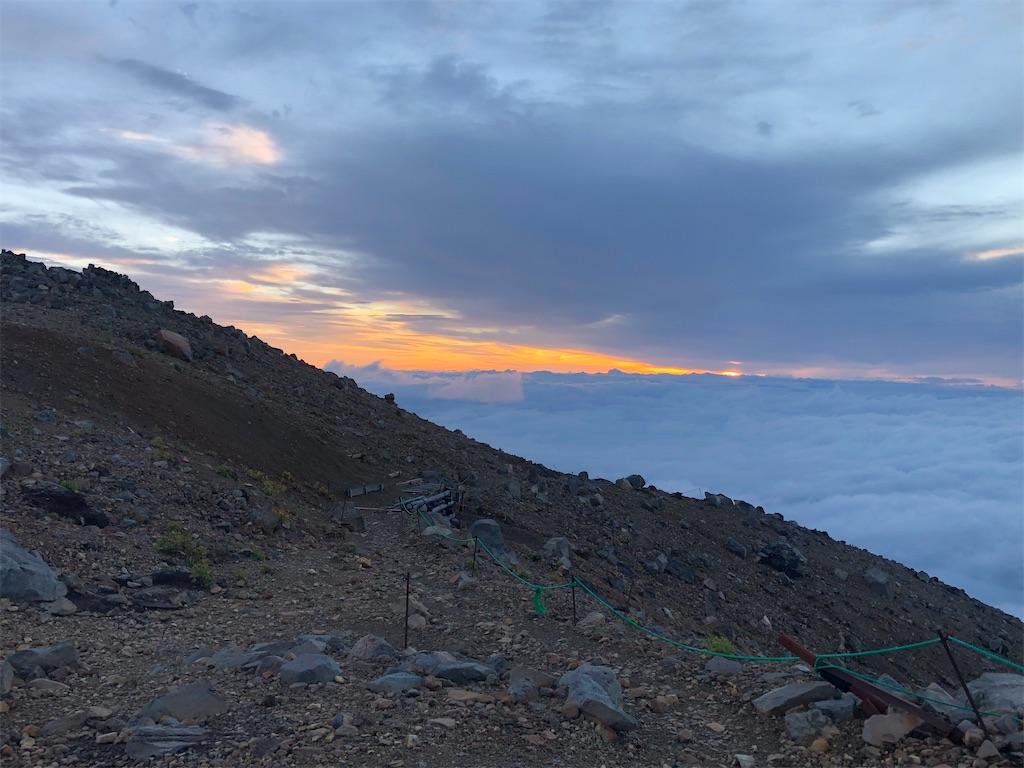 稜線に上がると日の出が。