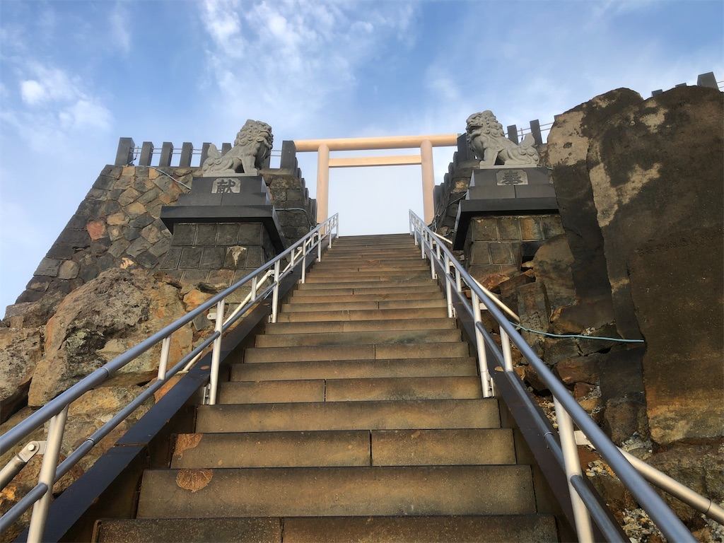 頂上へ向かう階段にも、噴石の跡が。