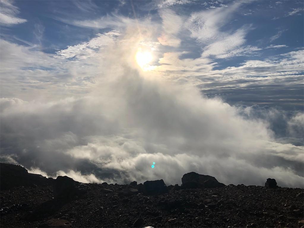 激しく動く雲海。