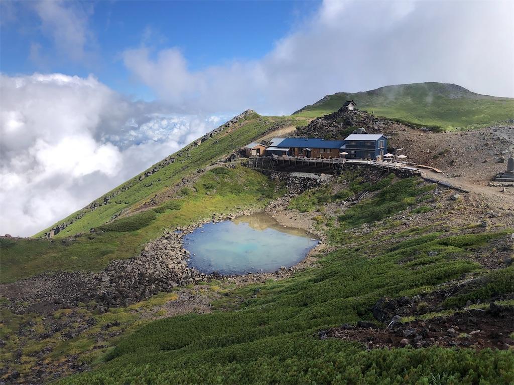 すぐ横にはこれも美しい水をたたえた五の池小屋。