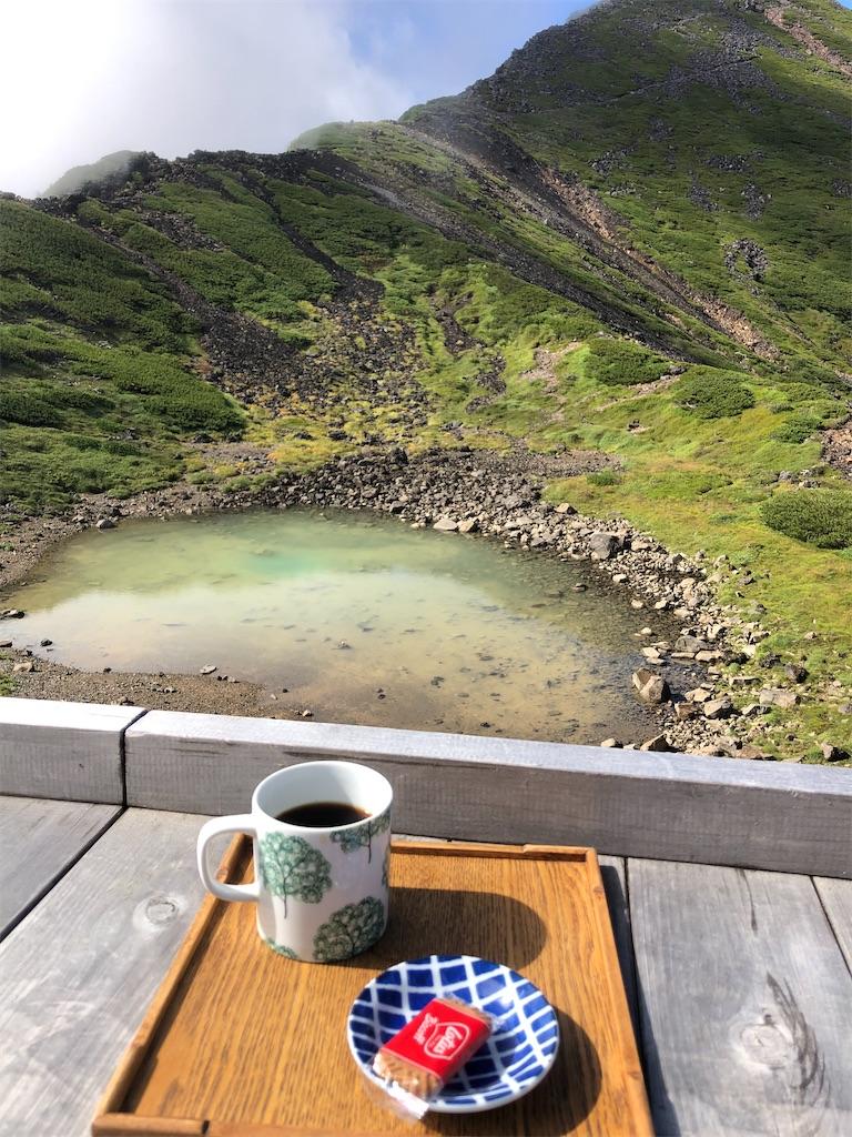 五の池小屋のテラスとコーヒー。