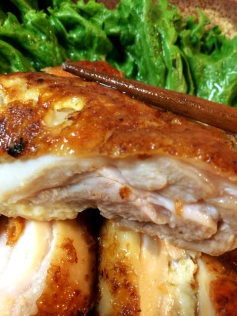 鶏肉内部の肉汁をこぼすことなく、外をカリッとコーティング