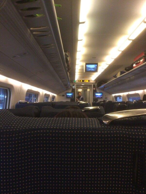人の溢れる待合室と、超快適な新幹線一等席