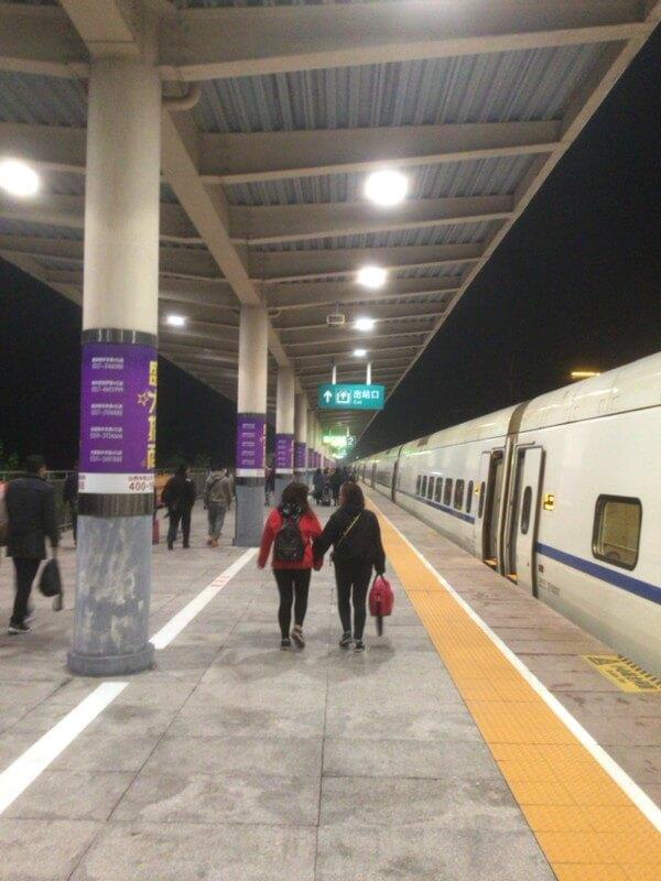 活気溢れる平遥古城駅と市内へのタクシー移動