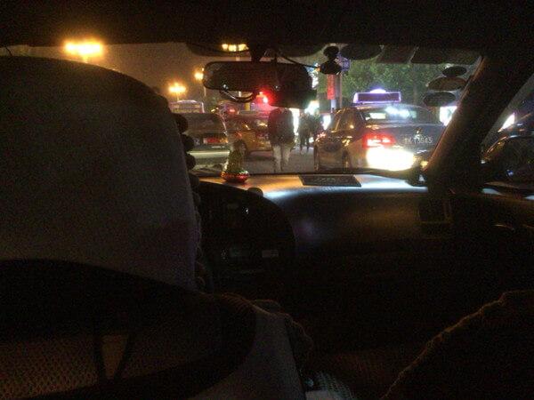 超積極的なタクシーに乗り、平遥古城市内へ