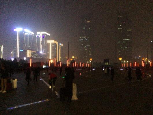 鄭州東駅前の綺麗な光景