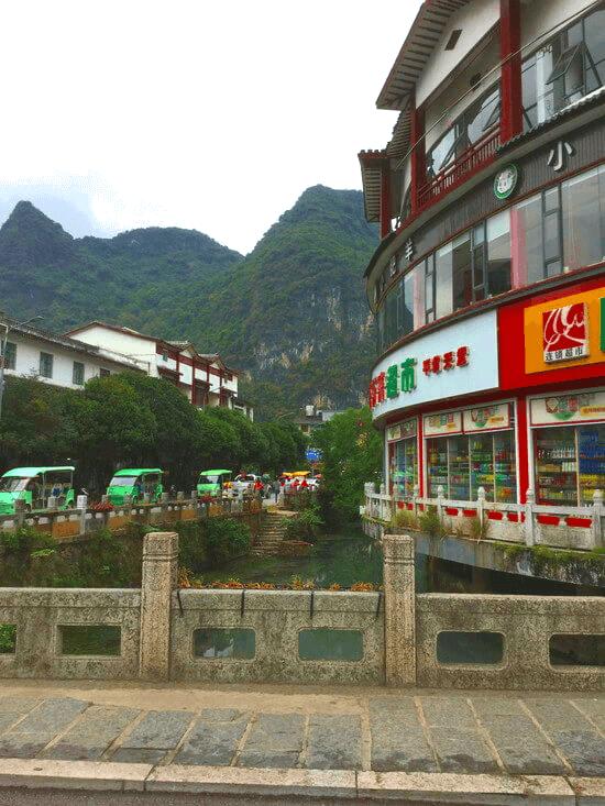陽朔の送迎バスから見える街並み