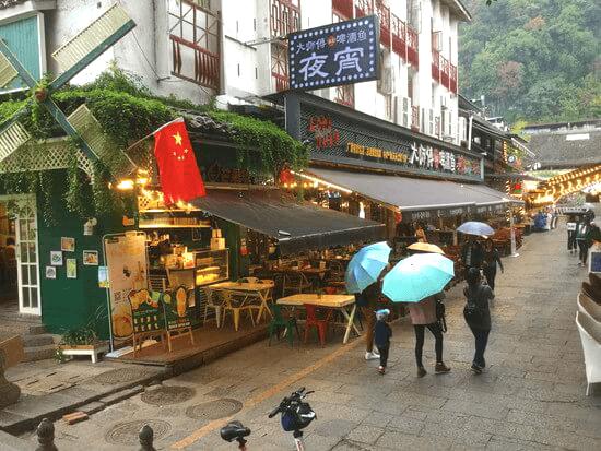 雨の降る陽朔の街並み