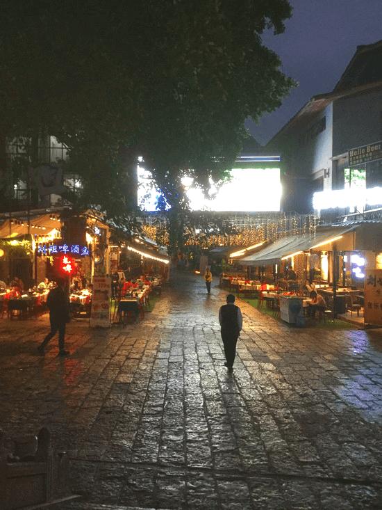 どっぷり暗くなった、陽朔の飲み屋街