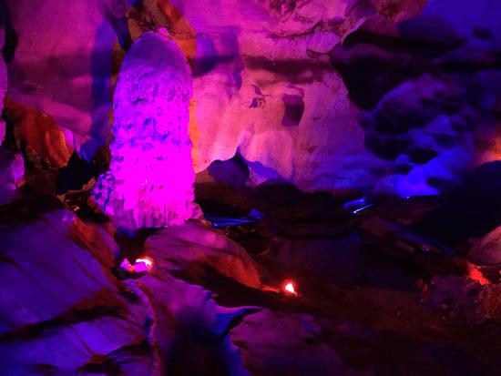 紫色の鍾乳石