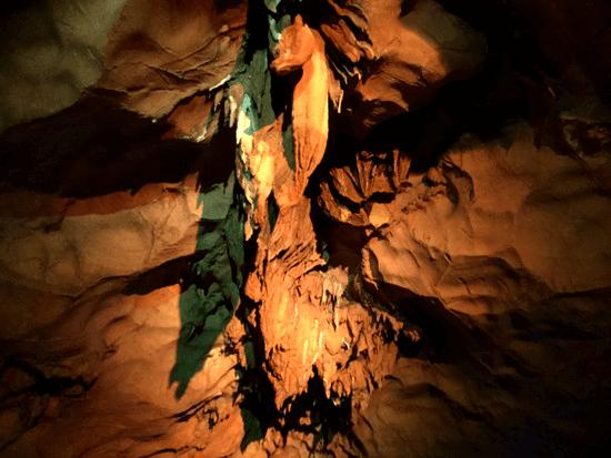 龍の尾と顎の鍾乳石