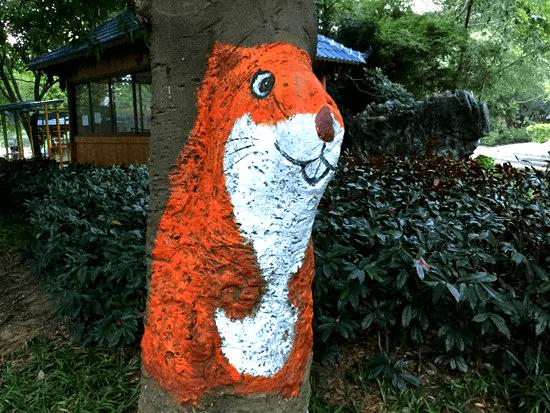 七星公園の木に描かれた動物