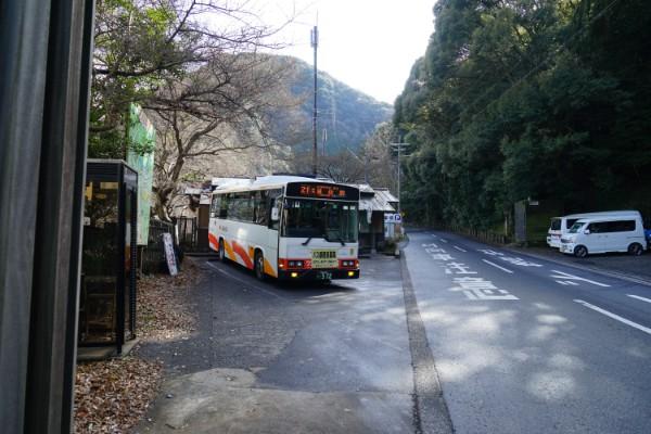 犬鳴山バス停と南海バス