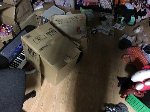 地震で散らかった部屋