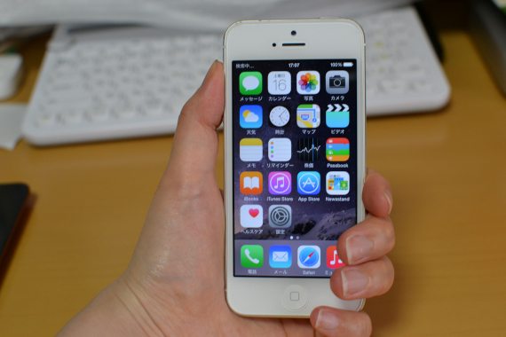 iPhone5を片手で握って見た