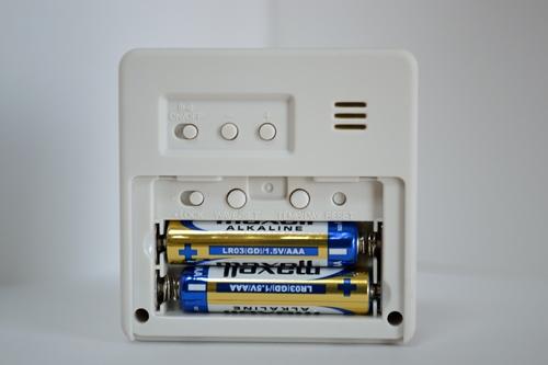 無印良品 トラベル用ワールド電波クロック 電池蓋を開けたところ