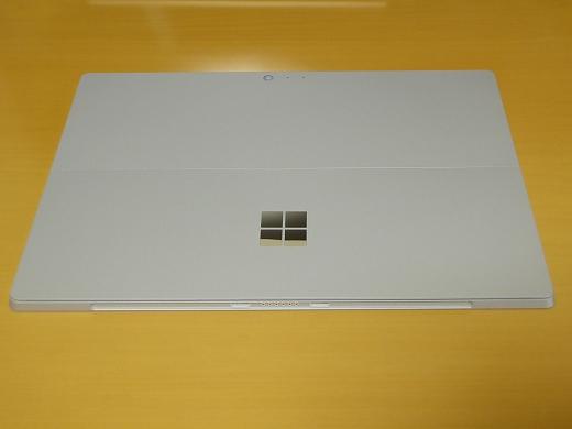 Surface Pro 4 背面(スタンドを閉じた状態)