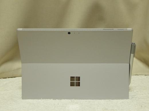 Surface Pro 4 背面(スタンドを広げた状態)