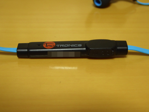 Taotics TT-BH07 (裏面)マイク、(横)MicroUSB充電ポート