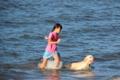 京都新聞写真コンテスト 愛犬とびわ湖で遊ぶ少女