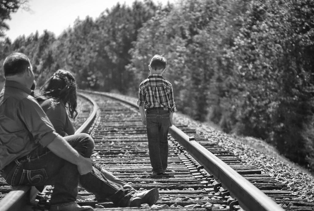 さあわたしたちの言う通りこの線路を歩けばいいんだ。