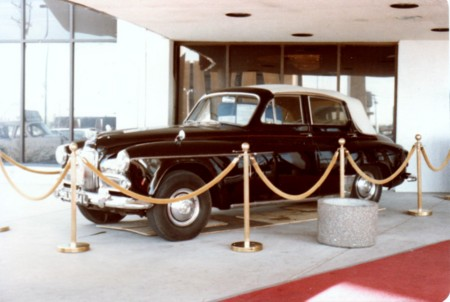 ホテル前の車の展示