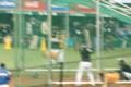 バッティング練習する二岡選手