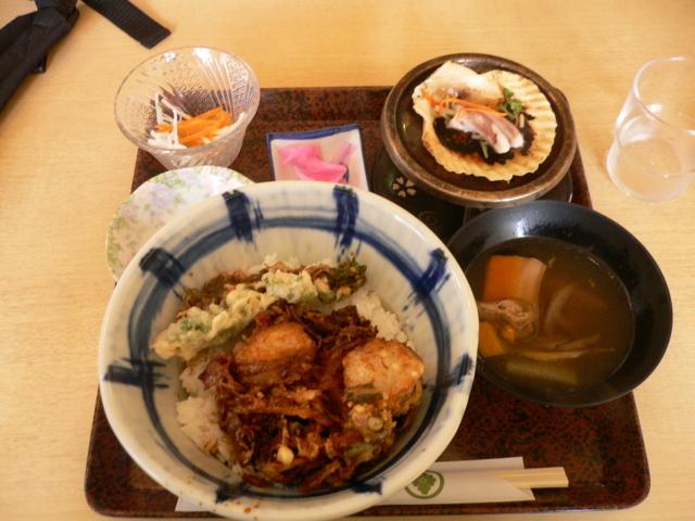 昼食 海鮮かき揚げ丼+くじら汁