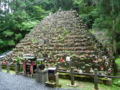 ピラミッド上に積まれた無縁仏