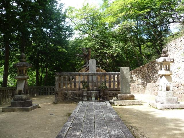 毛利隆元の墓