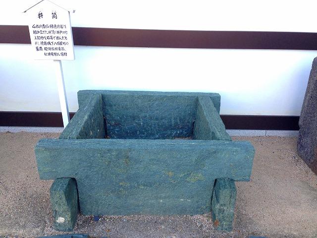 見事な青石の井戸