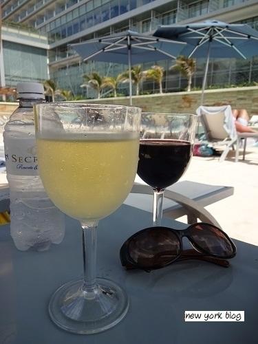 プールサイドのワイングラス