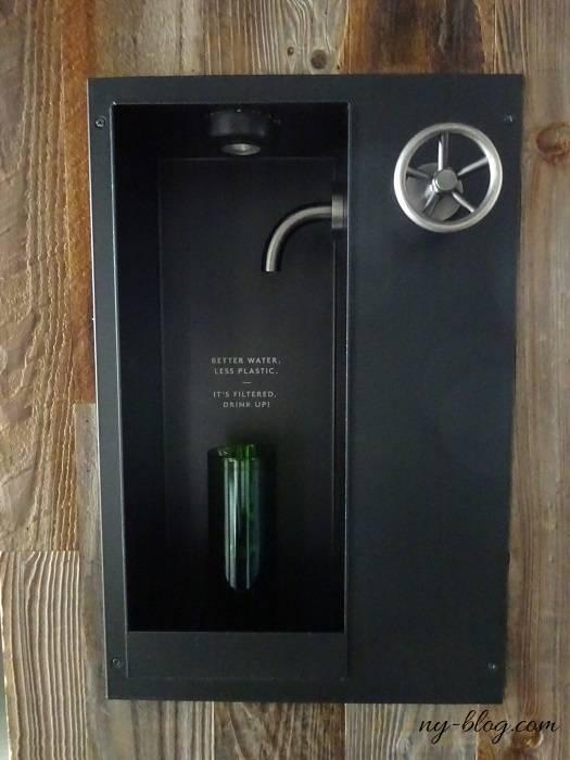 ワンホテルブルックリンブリッジの客室にある飲料水