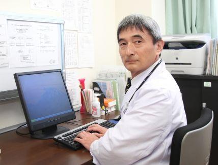 妊婦さんに注意するベテラン医師