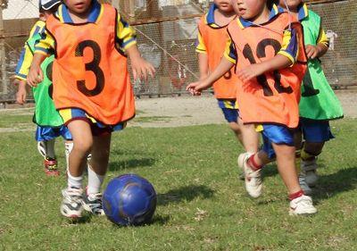 サッカーをする小学生たち