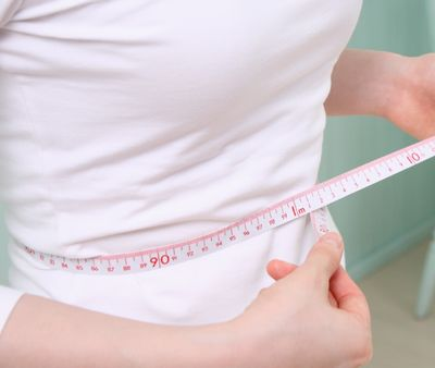 ウエストサイズを測る妊娠前の女性