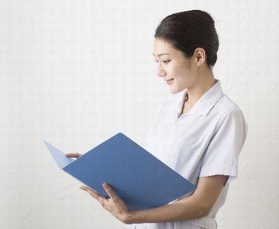 健診結果を見ながら話す看護師