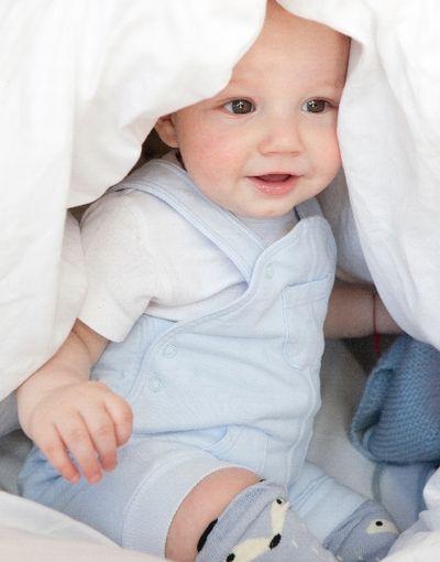 赤ちゃん服のカタログを見て想像が膨らむ