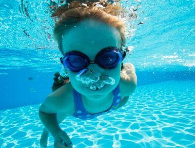 水泳中の女の子